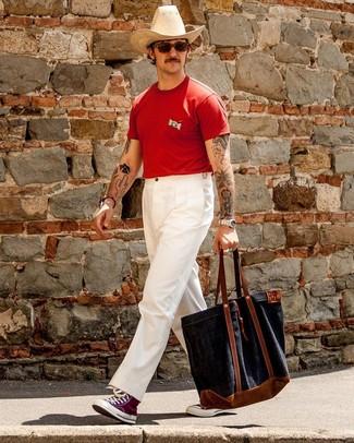 Wie kombinieren: rotes T-Shirt mit einem Rundhalsausschnitt, weiße Chinohose, lila hohe Sneakers aus Segeltuch, dunkelblaue Shopper Tasche aus Segeltuch