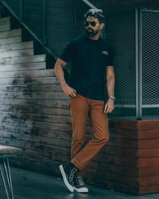 Rotbraune Chinohose kombinieren – 500+ Herren Outfits: Tragen Sie ein dunkelblaues T-Shirt mit einem Rundhalsausschnitt und eine rotbraune Chinohose für ein Alltagsoutfit, das Charakter und Persönlichkeit ausstrahlt. Wenn Sie nicht durch und durch formal auftreten möchten, komplettieren Sie Ihr Outfit mit dunkelblauen und weißen hohen Sneakers aus Segeltuch.