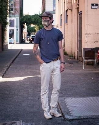 Braunen Ledergürtel kombinieren – 500+ Herren Outfits: Für ein bequemes Couch-Outfit, kombinieren Sie ein dunkelblaues T-Shirt mit einem Rundhalsausschnitt mit einem braunen Ledergürtel. Fühlen Sie sich ideenreich? Wählen Sie weißen hohe Sneakers aus Segeltuch.