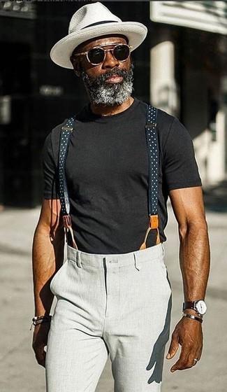 Wie kombinieren: schwarzes T-Shirt mit einem Rundhalsausschnitt, graue Chinohose, weißer Hut, schwarze Sonnenbrille