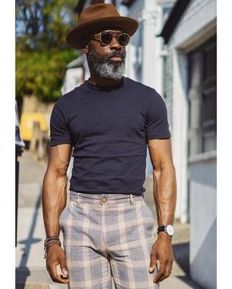 Wie kombinieren: dunkelblaues T-Shirt mit einem Rundhalsausschnitt, hellblaue Chinohose mit Schottenmuster, brauner Wollhut, schwarze Sonnenbrille