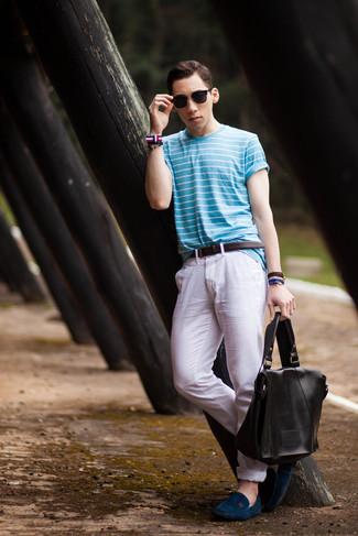 Wie kombinieren: hellblaues horizontal gestreiftes T-Shirt mit einem Rundhalsausschnitt, weiße Chinohose, dunkelblaue Wildleder Mokassins, schwarze Leder Umhängetasche
