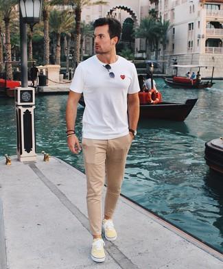 Wie kombinieren: weißes T-Shirt mit einem Rundhalsausschnitt, beige Chinohose, gelbe Segeltuch niedrige Sneakers, schwarze Sonnenbrille