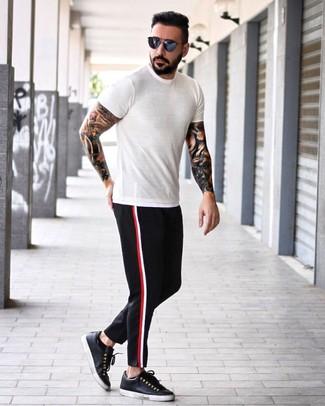 Wie kombinieren: weißes T-Shirt mit einem Rundhalsausschnitt, schwarze Chinohose, schwarze Leder niedrige Sneakers, dunkelblaue Sonnenbrille