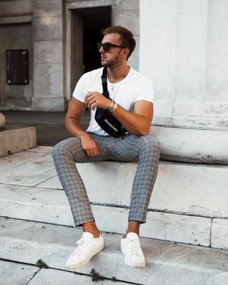 Wie kombinieren: weißes T-Shirt mit einem Rundhalsausschnitt, graue Chinohose mit Schottenmuster, weiße Leder niedrige Sneakers, schwarze Bauchtasche