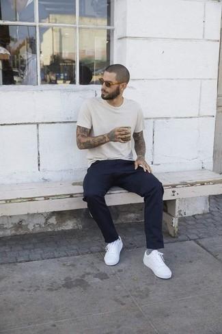 Beige Sonnenbrille kombinieren: trends 2020: Für ein bequemes Couch-Outfit, erwägen Sie das Tragen von einem hellbeige T-Shirt mit einem Rundhalsausschnitt und einer beige Sonnenbrille. Weiße niedrige Sneakers putzen umgehend selbst den bequemsten Look heraus.