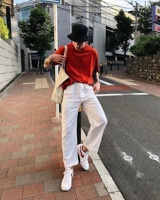 Rotes T-Shirt mit einem Rundhalsausschnitt kombinieren: trends 2020: Paaren Sie ein rotes T-Shirt mit einem Rundhalsausschnitt mit einer weißen Leinen Chinohose für ein großartiges Wochenend-Outfit. Ergänzen Sie Ihr Look mit weißen und roten Leder niedrigen Sneakers.