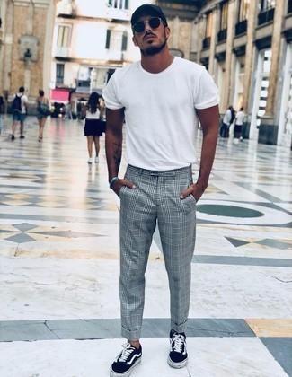 Schwarze Baseballkappe kombinieren: trends 2020: Entscheiden Sie sich für ein weißes T-Shirt mit einem Rundhalsausschnitt und eine schwarze Baseballkappe für einen entspannten Wochenend-Look. Fühlen Sie sich mutig? Entscheiden Sie sich für dunkelblauen Segeltuch niedrige Sneakers.