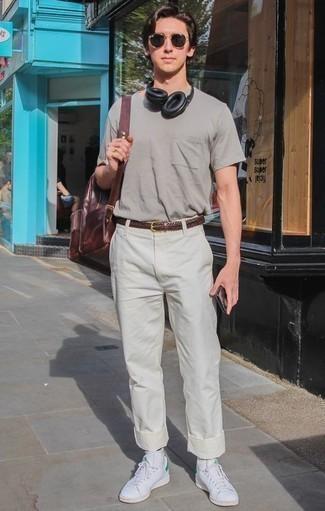 Dunkelroten Leder Rucksack kombinieren – 3 Sommer Herren Outfits: Ein graues T-Shirt mit einem Rundhalsausschnitt und ein dunkelroter Leder Rucksack sind eine ideale Outfit-Formel für Ihre Sammlung. Setzen Sie bei den Schuhen auf die klassische Variante mit weißen Leder niedrigen Sneakers. Was für eine super Sommer-Look Idee!