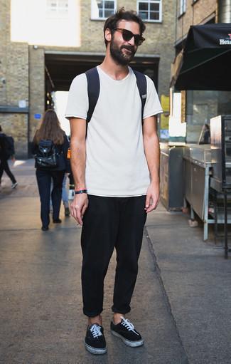 Dunkelblauen Segeltuch Rucksack kombinieren: trends 2020: Entscheiden Sie sich für ein weißes T-Shirt mit einem Rundhalsausschnitt und einen dunkelblauen Segeltuch Rucksack für einen entspannten Wochenend-Look. Wählen Sie schwarzen und weißen Wildleder niedrige Sneakers, um Ihr Modebewusstsein zu zeigen.