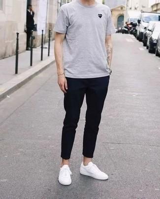 Goldenes Armband kombinieren: trends 2020: Ein graues T-Shirt mit einem Rundhalsausschnitt und ein goldenes Armband sind eine kluge Outfit-Formel für Ihre Sammlung. Fügen Sie weißen Segeltuch niedrige Sneakers für ein unmittelbares Style-Upgrade zu Ihrem Look hinzu.