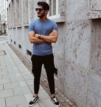 Violette Sonnenbrille kombinieren: trends 2020: Ein blaues T-Shirt mit einem Rundhalsausschnitt und eine violette Sonnenbrille sind eine perfekte Outfit-Formel für Ihre Sammlung. Fühlen Sie sich mutig? Komplettieren Sie Ihr Outfit mit schwarzen und weißen Segeltuch niedrigen Sneakers.