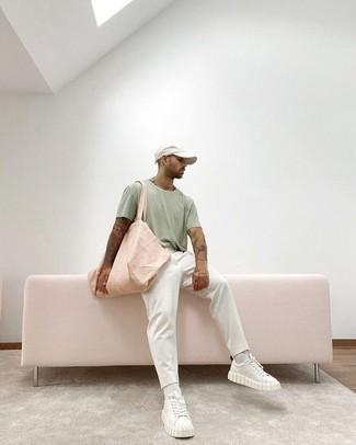 Weiße Leder niedrige Sneakers kombinieren: trends 2020: Tragen Sie ein mintgrünes T-Shirt mit einem Rundhalsausschnitt und eine weiße Chinohose für ein bequemes Outfit, das außerdem gut zusammen passt. Weiße Leder niedrige Sneakers sind eine ideale Wahl, um dieses Outfit zu vervollständigen.