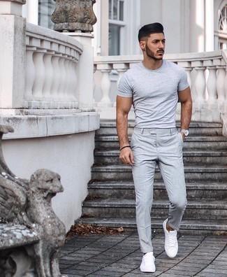 Silberne Uhr kombinieren – 500+ Herren Outfits: Ein graues T-Shirt mit einem Rundhalsausschnitt und eine silberne Uhr sind eine großartige Outfit-Formel für Ihre Sammlung. Weiße Segeltuch niedrige Sneakers bringen klassische Ästhetik zum Ensemble.