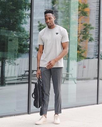 Schwarze Nylon Aktentasche kombinieren – 3 Herren Outfits: Ein graues bedrucktes T-Shirt mit einem Rundhalsausschnitt und eine schwarze Nylon Aktentasche vermitteln eine sorglose und entspannte Atmosphäre. Fühlen Sie sich mutig? Vervollständigen Sie Ihr Outfit mit hellbeige Segeltuch niedrigen Sneakers.