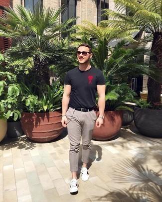 heiß Wetter Outfits Herren 2020: Tragen Sie ein schwarzes besticktes T-Shirt mit einem Rundhalsausschnitt und eine graue Chinohose für ein sonntägliches Mittagessen mit Freunden. Weiße bedruckte Leder niedrige Sneakers fügen sich nahtlos in einer Vielzahl von Outfits ein.