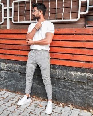 Silberne Sonnenbrille kombinieren – 847+ Herren Outfits: Kombinieren Sie ein weißes T-Shirt mit einem Rundhalsausschnitt mit einer silbernen Sonnenbrille für einen entspannten Wochenend-Look. Setzen Sie bei den Schuhen auf die klassische Variante mit weißen und schwarzen Leder niedrigen Sneakers.