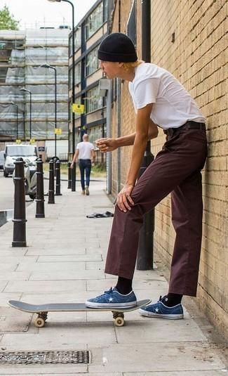 Herren Outfits 2020: Vereinigen Sie ein weißes T-Shirt mit einem Rundhalsausschnitt mit einer dunkelroten Chinohose, um mühelos alles zu meistern, was auch immer der Tag bringen mag. Dunkelblaue Jeans niedrige Sneakers fügen sich nahtlos in einer Vielzahl von Outfits ein.