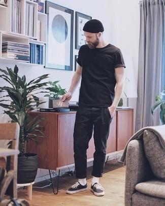 Schwarze Mütze kombinieren – 409 Casual Herren Outfits: Halten Sie Ihr Outfit locker mit einem dunkelbraunen T-Shirt mit einem Rundhalsausschnitt und einer schwarzen Mütze. Entscheiden Sie sich für dunkelbraunen Segeltuch niedrige Sneakers, um Ihr Modebewusstsein zu zeigen.