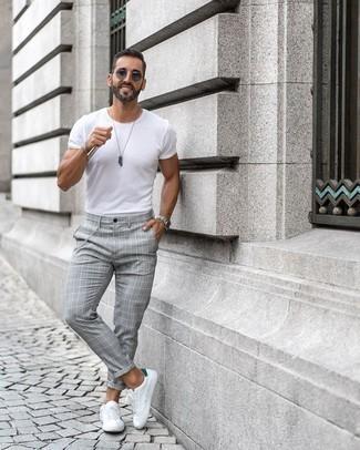 Weiße und grüne Leder niedrige Sneakers kombinieren – 30 Sommer Herren Outfits: Entscheiden Sie sich für ein weißes T-Shirt mit einem Rundhalsausschnitt und eine graue Chinohose mit Schottenmuster für ein sonntägliches Mittagessen mit Freunden. Weiße und grüne Leder niedrige Sneakers sind eine perfekte Wahl, um dieses Outfit zu vervollständigen. Das Outfit ist einfach Sommer pur.