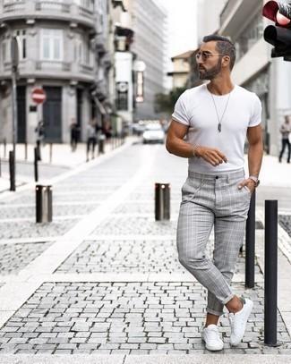 Weiße und grüne Leder niedrige Sneakers kombinieren – 30 Sommer Herren Outfits: Kombinieren Sie ein weißes T-Shirt mit einem Rundhalsausschnitt mit einer grauen Chinohose mit Schottenmuster für ein Alltagsoutfit, das Charakter und Persönlichkeit ausstrahlt. Weiße und grüne Leder niedrige Sneakers sind eine perfekte Wahl, um dieses Outfit zu vervollständigen. Dieser Look ist ein perfektes Sommer-Outfit.
