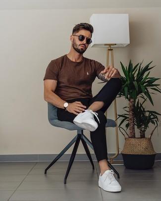 Weiße und rote Leder niedrige Sneakers kombinieren – 500+ Herren Outfits: Kombinieren Sie ein braunes T-Shirt mit einem Rundhalsausschnitt mit einer schwarzen Chinohose, um einen lockeren, aber dennoch stylischen Look zu erhalten. Komplettieren Sie Ihr Outfit mit weißen und roten Leder niedrigen Sneakers.