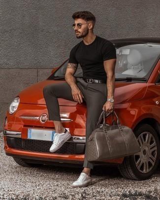 Weiße und rote Leder niedrige Sneakers kombinieren – 500+ Herren Outfits: Kombinieren Sie ein schwarzes T-Shirt mit einem Rundhalsausschnitt mit einer dunkelgrauen Chinohose, um einen lockeren, aber dennoch stylischen Look zu erhalten. Komplettieren Sie Ihr Outfit mit weißen und roten Leder niedrigen Sneakers.