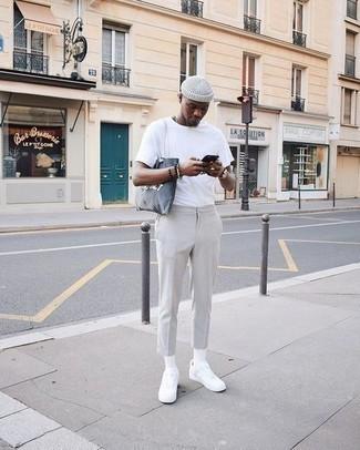 Dunkelbraunes Perlen Armband kombinieren – 500+ Herren Outfits: Ein weißes T-Shirt mit einem Rundhalsausschnitt und ein dunkelbraunes Perlen Armband sind eine großartige Outfit-Formel für Ihre Sammlung. Fühlen Sie sich ideenreich? Entscheiden Sie sich für weißen Segeltuch niedrige Sneakers.