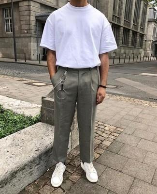 Graue Chinohose kombinieren – 500+ Herren Outfits: Paaren Sie ein weißes T-Shirt mit einem Rundhalsausschnitt mit einer grauen Chinohose, um einen lockeren, aber dennoch stylischen Look zu erhalten. Ergänzen Sie Ihr Look mit weißen und schwarzen Leder niedrigen Sneakers.
