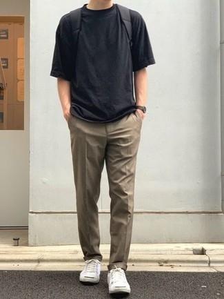 Dunkelbraune Lederuhr kombinieren – 500+ Herren Outfits: Für ein bequemes Couch-Outfit, paaren Sie ein schwarzes T-Shirt mit einem Rundhalsausschnitt mit einer dunkelbraunen Lederuhr. Weiße Segeltuch niedrige Sneakers putzen umgehend selbst den bequemsten Look heraus.