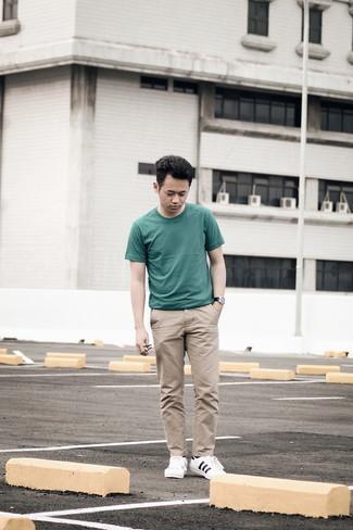 Weiße und dunkelblaue Segeltuch niedrige Sneakers kombinieren – 500+ Herren Outfits: Tragen Sie ein dunkelgrünes T-Shirt mit einem Rundhalsausschnitt und eine beige Chinohose für ein sonntägliches Mittagessen mit Freunden. Komplettieren Sie Ihr Outfit mit weißen und dunkelblauen Segeltuch niedrigen Sneakers.