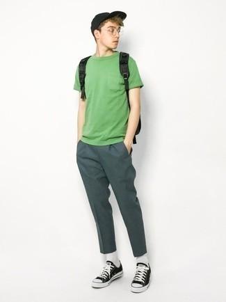 Teenager: Transparente Sonnenbrille kombinieren – 155 Herren Outfits: Für ein bequemes Couch-Outfit, kombinieren Sie ein grünes T-Shirt mit einem Rundhalsausschnitt mit einer transparenten Sonnenbrille. Fügen Sie schwarzen und weißen Segeltuch niedrige Sneakers für ein unmittelbares Style-Upgrade zu Ihrem Look hinzu.