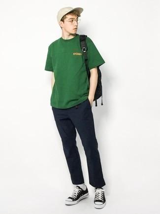 Teenager: Transparente Sonnenbrille kombinieren – 155 Herren Outfits: Ein dunkelgrünes T-Shirt mit einem Rundhalsausschnitt und eine transparente Sonnenbrille sind eine gute Outfit-Formel für Ihre Sammlung. Fühlen Sie sich ideenreich? Entscheiden Sie sich für schwarzen und weißen Segeltuch niedrige Sneakers.