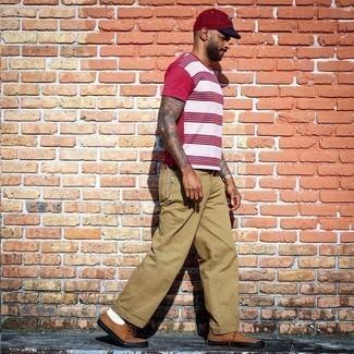 Beige Chinohose kombinieren – 500+ Herren Outfits: Kombinieren Sie ein rotes und weißes horizontal gestreiftes T-Shirt mit einem Rundhalsausschnitt mit einer beige Chinohose für einen bequemen Alltags-Look. Braune Segeltuch niedrige Sneakers sind eine gute Wahl, um dieses Outfit zu vervollständigen.