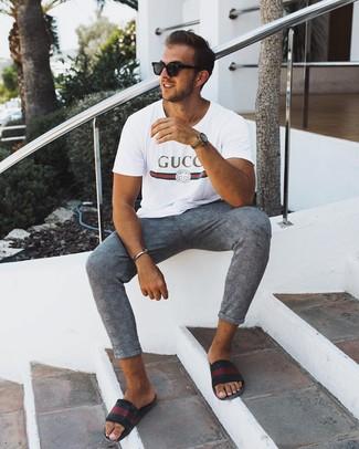 Wie kombinieren: weißes bedrucktes T-Shirt mit einem Rundhalsausschnitt, graue Chinohose mit Schottenmuster, schwarze horizontal gestreifte Ledersandalen, schwarze Sonnenbrille