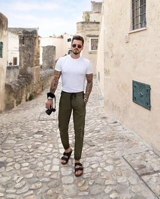 Herren Outfits & Modetrends 2020: Kombinieren Sie ein weißes T-Shirt mit einem Rundhalsausschnitt mit einer olivgrünen Chinohose für ein großartiges Wochenend-Outfit. Suchen Sie nach leichtem Schuhwerk? Vervollständigen Sie Ihr Outfit mit schwarzen Ledersandalen für den Tag.