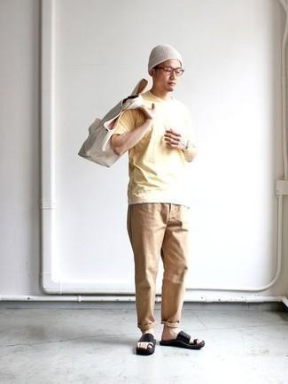 Weiße Shopper Tasche aus Segeltuch kombinieren – 288 Herren Outfits: Kombinieren Sie ein gelbes T-Shirt mit einem Rundhalsausschnitt mit einer weißen Shopper Tasche aus Segeltuch für einen entspannten Wochenend-Look. Wenn Sie nicht durch und durch formal auftreten möchten, entscheiden Sie sich für schwarzen Ledersandalen.