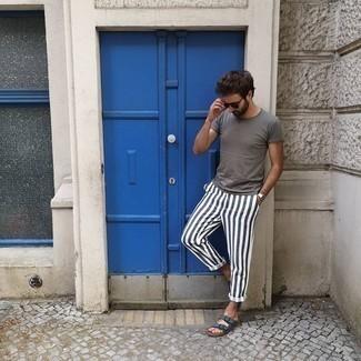 Weiße und dunkelblaue vertikal gestreifte Chinohose kombinieren – 77 Herren Outfits: Paaren Sie ein graues T-Shirt mit einem Rundhalsausschnitt mit einer weißen und dunkelblauen vertikal gestreiften Chinohose, um mühelos alles zu meistern, was auch immer der Tag bringen mag. Wenn Sie nicht durch und durch formal auftreten möchten, wählen Sie dunkelblauen Ledersandalen.