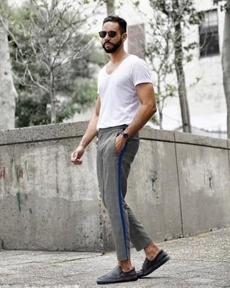 Dunkelgrüne Sonnenbrille kombinieren: trends 2020: Für ein bequemes Couch-Outfit, tragen Sie ein weißes T-Shirt mit einem Rundhalsausschnitt und eine dunkelgrüne Sonnenbrille. Schwarze Slip-On Sneakers aus Leder bringen Eleganz zu einem ansonsten schlichten Look.