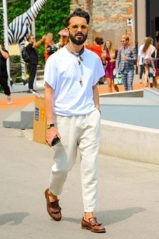 Beige Sonnenbrille kombinieren: trends 2020: Für ein bequemes Couch-Outfit, kombinieren Sie ein weißes T-Shirt mit einem Rundhalsausschnitt mit einer beige Sonnenbrille. Wählen Sie braunen Leder Slipper mit Fransen, um Ihr Modebewusstsein zu zeigen.