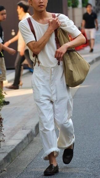 Hosenträger kombinieren – 21 Herren Outfits heiß Wetter: Für ein bequemes Couch-Outfit, kombinieren Sie ein weißes T-Shirt mit einem Rundhalsausschnitt mit einem Hosenträger. Fühlen Sie sich mutig? Wählen Sie dunkelbraunen Leder Slipper.