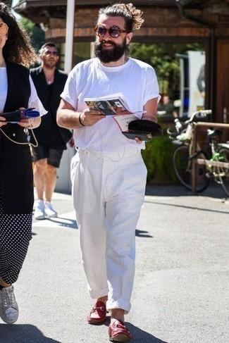 Sommer Outfits Herren 2021: Kombinieren Sie ein weißes T-Shirt mit einem Rundhalsausschnitt mit einer weißen Chinohose für ein bequemes Outfit, das außerdem gut zusammen passt. Fühlen Sie sich mutig? Komplettieren Sie Ihr Outfit mit roten Leder Slippern. Schon mal so einen schönen Sommer-Look gesehen?