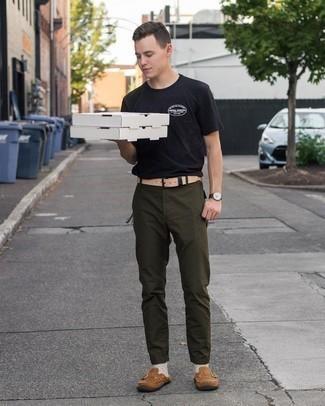 20 Jährige: Schwarzes T-Shirt mit einem Rundhalsausschnitt kombinieren – 943+ Herren Outfits: Kombinieren Sie ein schwarzes T-Shirt mit einem Rundhalsausschnitt mit einer olivgrünen Chinohose für ein bequemes Outfit, das außerdem gut zusammen passt. Entscheiden Sie sich für braunen Wildleder Slipper, um Ihr Modebewusstsein zu zeigen.