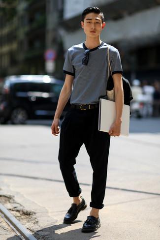 Wie kombinieren: dunkelblaues und weißes bedrucktes T-Shirt mit einem Rundhalsausschnitt, schwarze Chinohose, schwarze Leder Slipper mit Quasten, schwarzer Ledergürtel