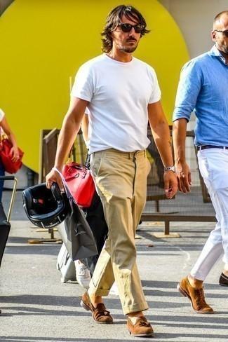 Braune Wildleder Slipper mit Quasten kombinieren: trends 2020: Paaren Sie ein weißes T-Shirt mit einem Rundhalsausschnitt mit einer beige Chinohose für einen bequemen Alltags-Look. Fühlen Sie sich mutig? Ergänzen Sie Ihr Outfit mit braunen Wildleder Slippern mit Quasten.