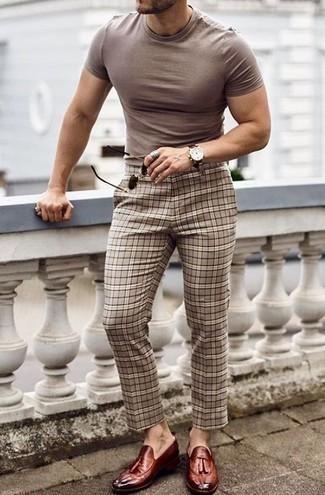 Hellbeige Chinohose mit Schottenmuster kombinieren: trends 2020: Kombinieren Sie ein beige T-Shirt mit einem Rundhalsausschnitt mit einer hellbeige Chinohose mit Schottenmuster, um mühelos alles zu meistern, was auch immer der Tag bringen mag. Fühlen Sie sich mutig? Vervollständigen Sie Ihr Outfit mit dunkelroten Leder Slippern mit Quasten.