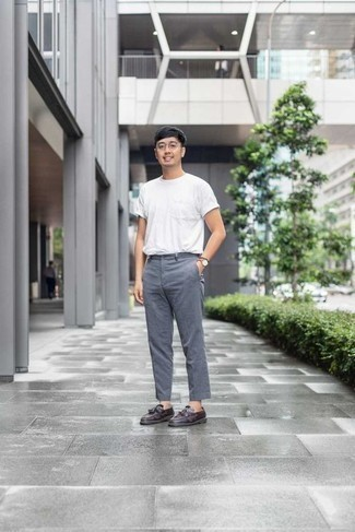Weißes T-Shirt mit einem Rundhalsausschnitt kombinieren: trends 2020: Kombinieren Sie ein weißes T-Shirt mit einem Rundhalsausschnitt mit einer grauen Chinohose für einen bequemen Alltags-Look. Fühlen Sie sich ideenreich? Vervollständigen Sie Ihr Outfit mit dunkellila Leder Slippern mit Quasten.