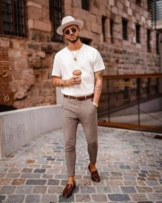 Weißes T-Shirt mit einem Rundhalsausschnitt kombinieren – 1200+ Herren Outfits: Vereinigen Sie ein weißes T-Shirt mit einem Rundhalsausschnitt mit einer beige Chinohose mit Karomuster für ein Alltagsoutfit, das Charakter und Persönlichkeit ausstrahlt. Fühlen Sie sich mutig? Vervollständigen Sie Ihr Outfit mit dunkelbraunen Leder Slippern mit Quasten.