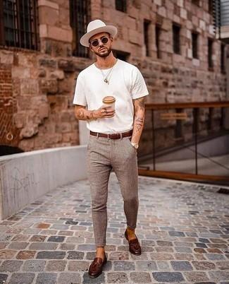 Hut kombinieren – 1200+ Herren Outfits: Für ein bequemes Couch-Outfit, kombinieren Sie ein weißes T-Shirt mit einem Rundhalsausschnitt mit einem Hut. Fühlen Sie sich ideenreich? Wählen Sie dunkelbraunen Leder Slipper mit Quasten.