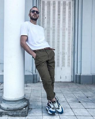 Wie kombinieren: weißes T-Shirt mit einem Rundhalsausschnitt, braune Chinohose mit Schottenmuster, weiße und blaue Sportschuhe, brauner Ledergürtel